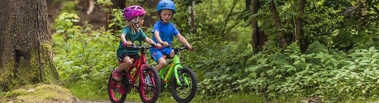 Aider l'enfant à se familiariser avec le vélo