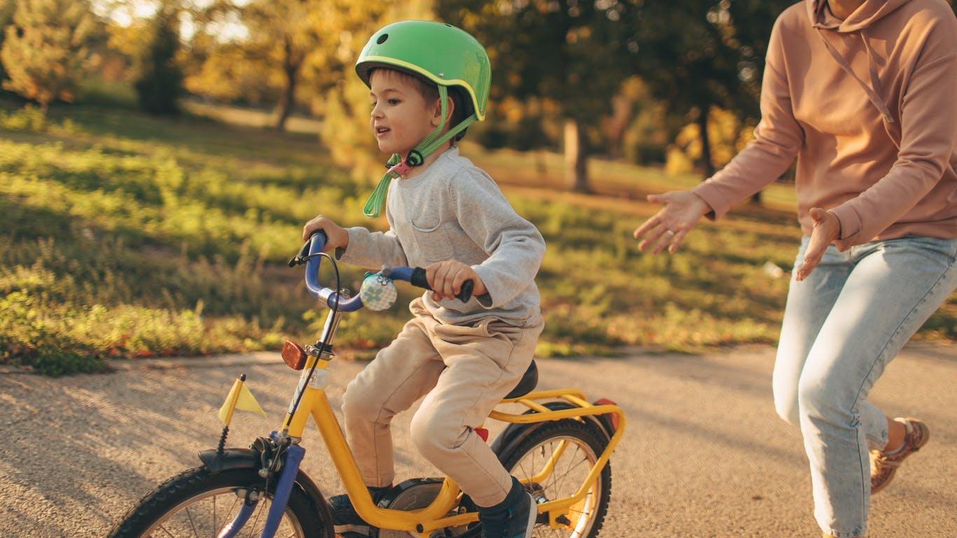 Les règles d'or pour apprendre à faire du vélo à son enfant